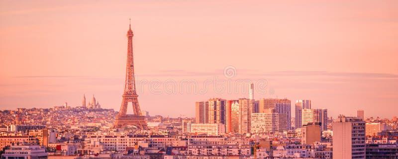 Panorama- horisont av Paris med Eiffeltorn på solnedgången, Montmartre i bakgrunden, Frankrike arkivfoto