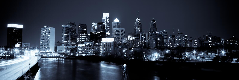 Panorama- horisont av Philadelphia vid natt vid natt royaltyfri foto