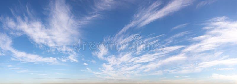 Panorama horizontal del cielo de las nubes Wispy imagen de archivo libre de regalías
