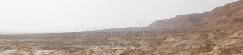 Panorama horizontal do ambiente natural do deserto de Judean perto das costas de Mar Morto Superfície de Extraterestrial de um pl foto de stock royalty free