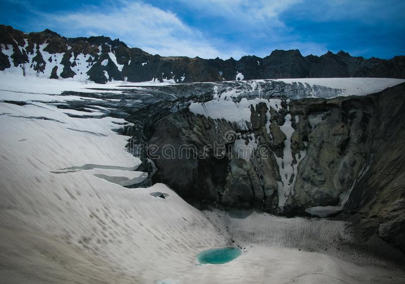 Panorama i aktiv krater av den Mutnovsky vulkan, Kamchatka, Ryssland royaltyfri foto