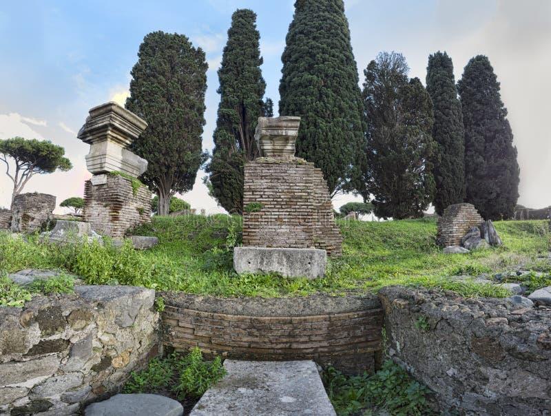 Panorama i de arkeologiska utgrävningarna av Ostia Antica med forumet av den heroiska statyn - Rome, Italien royaltyfri bild