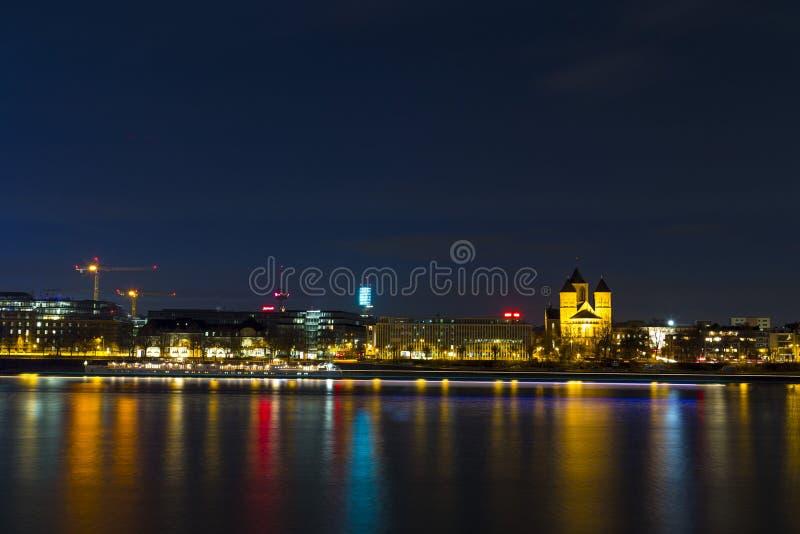 Panorama i pejzaż miejski Kolonia nad Rhine rzeką przy nocą zdjęcia stock