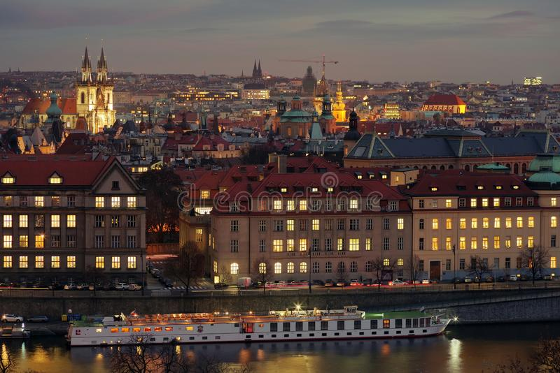 Panorama i Prag, vid solnedgången - bild tagen på Letna Hill - Tjeckien royaltyfri bild