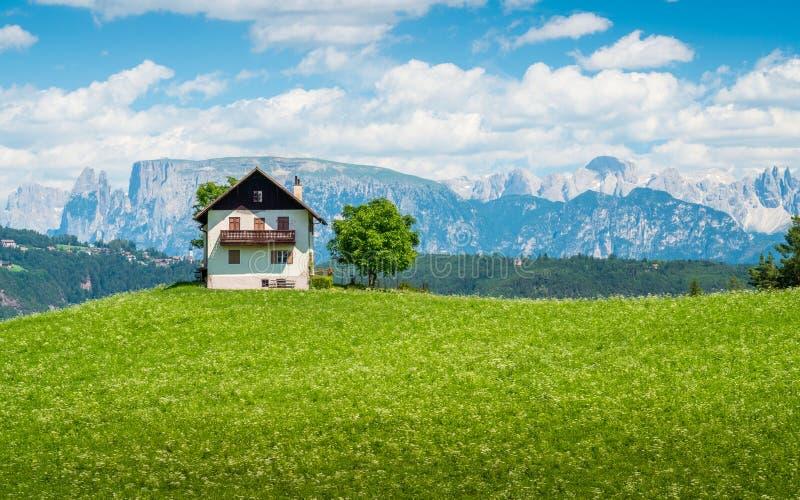 Panorama id?lico de la monta?a cerca de San Genesion Bolzano, Trentino Alto Adige, Italia imágenes de archivo libres de regalías