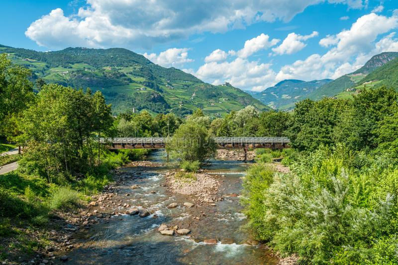 Panorama idilliaco della montagna a Bolzano dal ponte di Talvera, Trentino Alto Adige, Italia fotografie stock libere da diritti