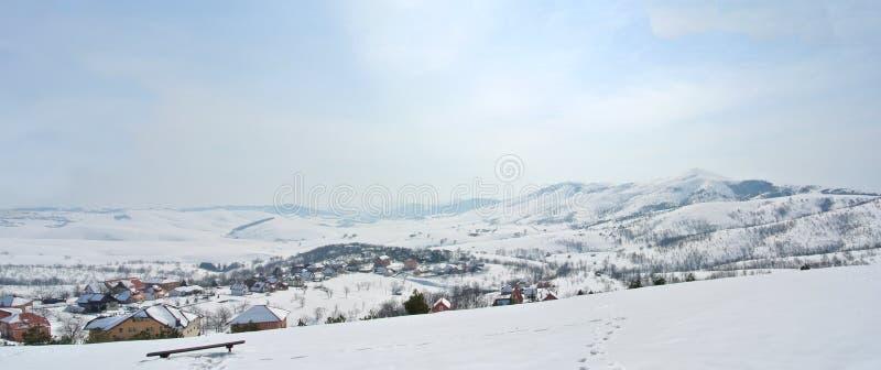 Panorama idylliczny śnieżny zima krajobraz w górach zdjęcie royalty free