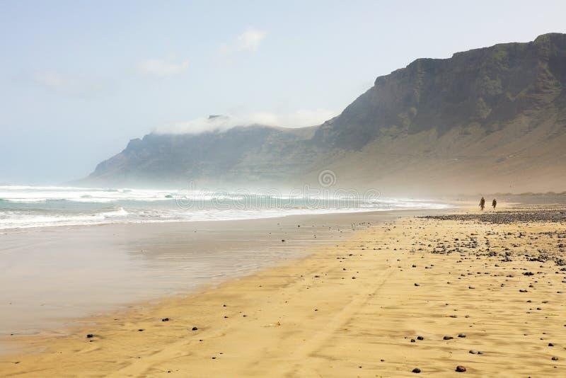 Panorama impressionante na praia de Caleta de Famara, Lanzarote, Ilhas Canárias fotos de stock