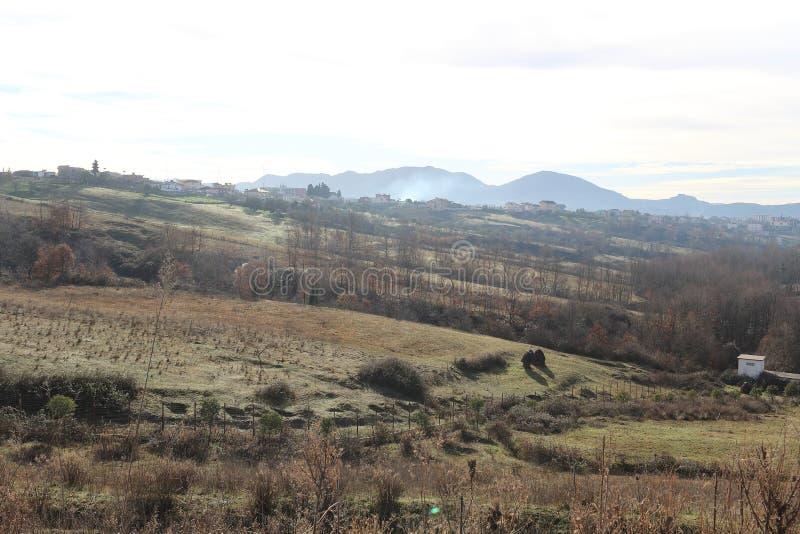 Panorama impressionnant de parc d'ablero d'arbre de collines de montagne de réflexion de ciel de vieux de paysage de fruit albani images stock