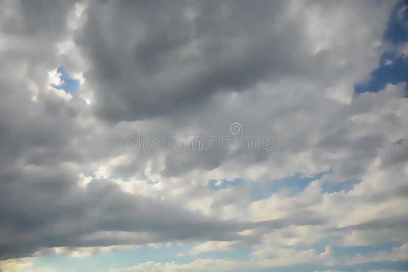 Panorama inconsútil del cielo con las nubes oscuras fotos de archivo libres de regalías
