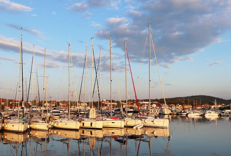 Panorama jachtu marina w miasteczku Jezera w Chorwacja w Dalmatia regionie Statki cumowali w porcie zaciszność zdjęcia stock