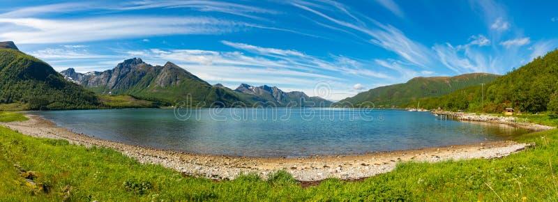 Panorama Jeziorny Svartisvatnet w Helgeland w Norwegia, od Svartisen lodowa zdjęcie royalty free