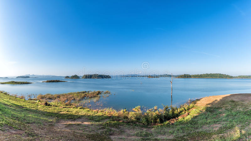 Panorama jezioro i jasny niebieskie niebo w lecie zdjęcie stock