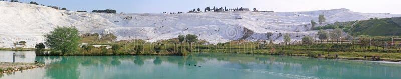 Panorama jezioro i wapniejący wapień tarasuje, Pamukkale zdjęcia stock
