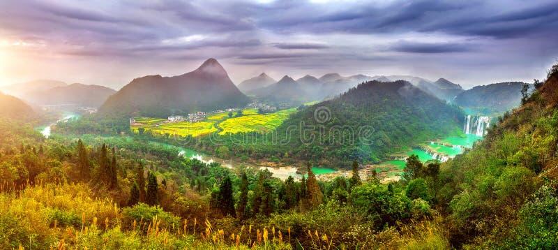 Panorama Jiulong siklawa przy zmierzchem w Luoping obraz stock