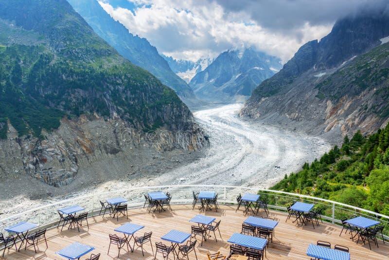 Panorama- kaféterrass med sikt på glaciären Mer de Glace, i Chamonix Mont Blanc Massif, fjällängarna Frankrike royaltyfria bilder