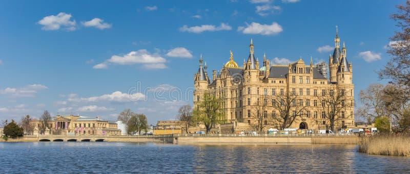 Panorama kasztel przy Burgsee jeziorem w Schwerin zdjęcia stock