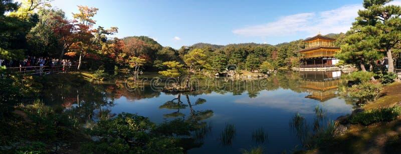 Panorama Kinkaku-ji Złoty pawilon, odbija w stawie w Kyoto, Japonia obraz royalty free