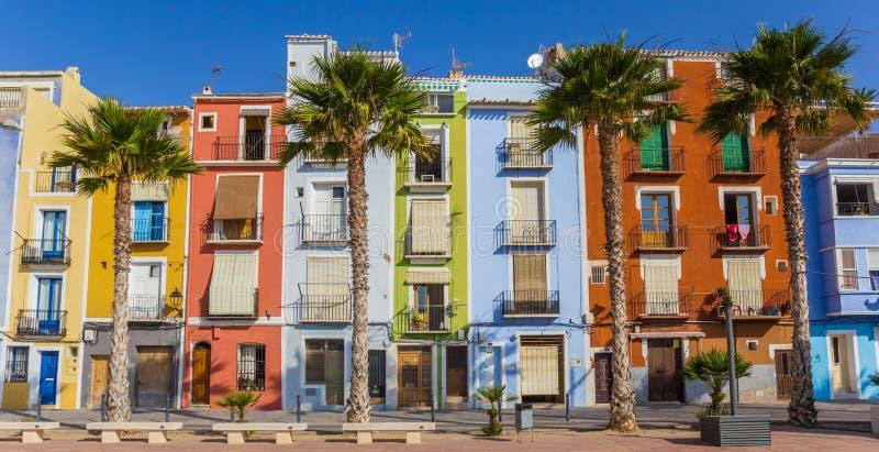 Panorama kolorowi domy i drzewka palmowe w Villajoyosa obrazy stock