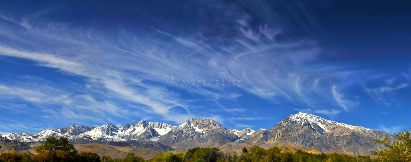 Panorama- kolossal biskop för Sierra Nevada bergmt whitney, Cal royaltyfria bilder