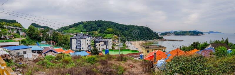 Panorama Koreańska wioska lokalizuje na wzgórzu blisko plaży fotografia royalty free