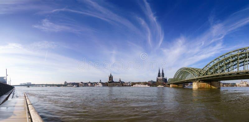 Panorama krótkopęd przy światłem dziennym Kolonia z Wielkim St Martin kościół, Kolońską katedrą, Hohenzollern mostem i Rhine rzek fotografia stock