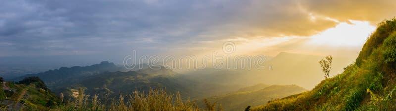 Panorama krajobrazowy widok góra jest zmierzchem przy Phu Tubberk Popularne atrakcje turystyczne Phetchabun prowincja Tajlandia fotografia stock