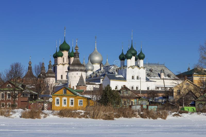 Panorama Kremlin w Rostov Wielki na zima dniu, widok od jeziornego Nero, fotografia stock