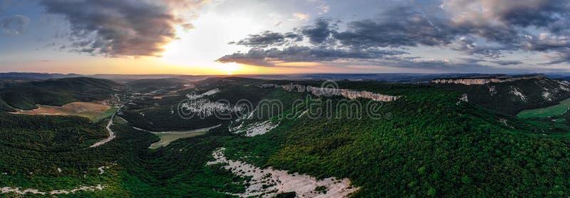 Panorama Krymskie góry podczas zmierzchu zdjęcia stock