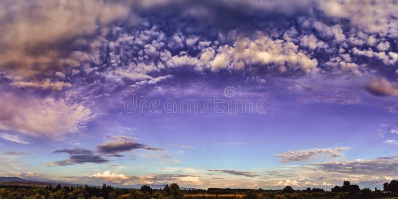 Panorama L'aube de Fairytale, coucher du soleil avec des nuages multicolores photos stock