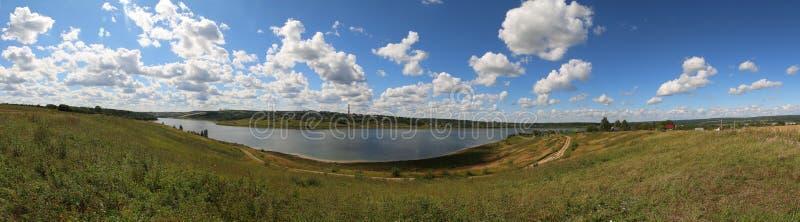 Panorama, landschapsstad Sergiev Posad, mening van het meer en het groene gras royalty-vrije stock fotografie