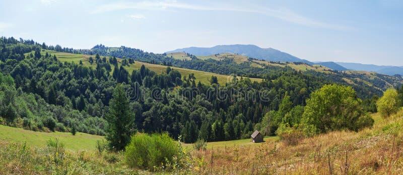 Panorama- landskap av berg Carpathians. arkivbild