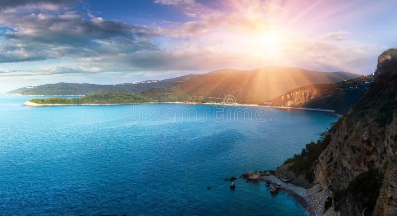 Panorama- landskap av det steniga kustlinjehavet och Jaz Beach på solsken Budva Montenegro royaltyfria foton