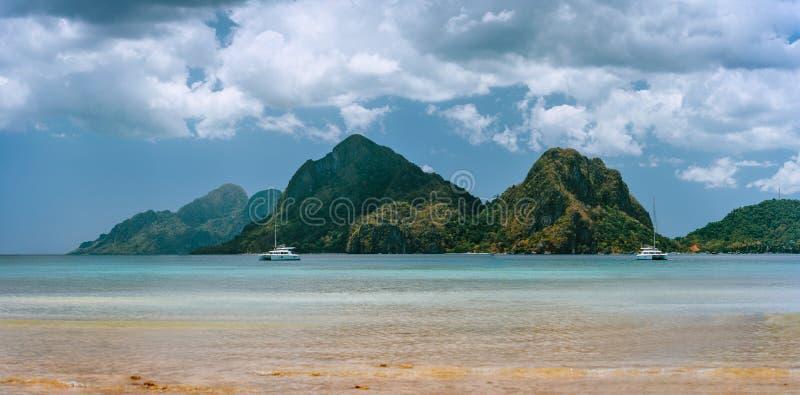 Panorama- landskap från den Corong Corong stranden, El Nido, Palawan, Filippinerna Landskap av bergkustlinjen, fjärd och arkivbild