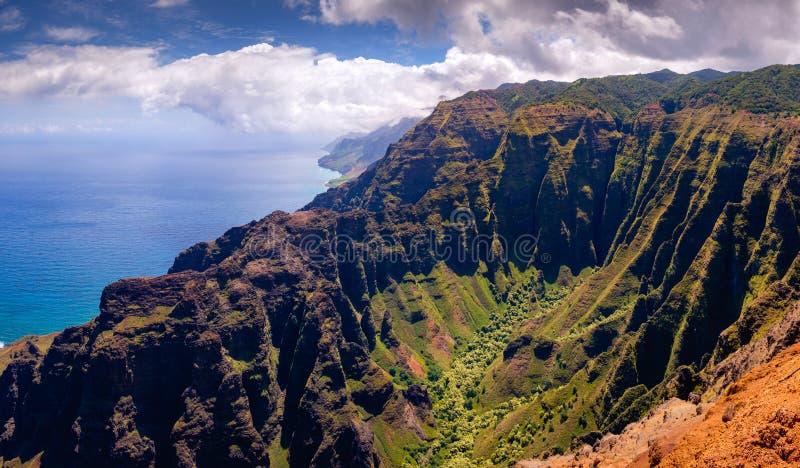 Panorama- landskapsikt av den dramatiska kustlinjen för Na Pali, Kauai arkivfoton