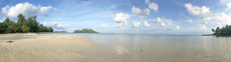 Panorama- landskapsikt av den Muri lagun på middagar i Rarotonga, arkivbilder