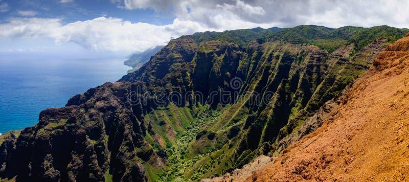 Panorama- landskapsikt av kustlinjen för Na Pali i dramatisk stil, fotografering för bildbyråer