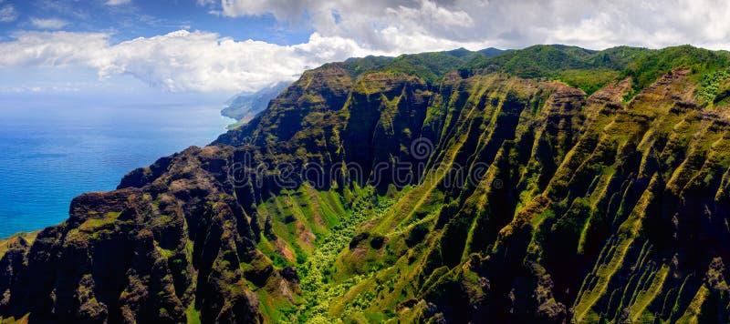 Panorama- landskapsikt av kustlinjen för Na Pali i dramatisk stil, Kauai, Hawaii fotografering för bildbyråer