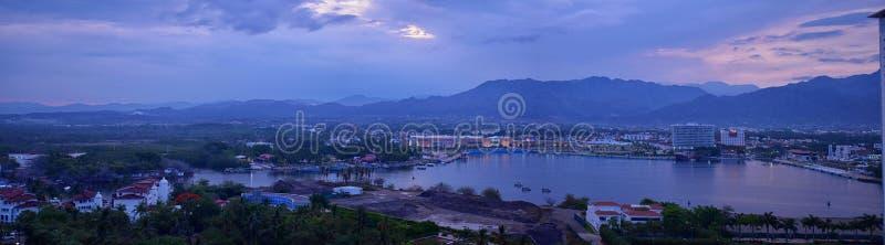 Panorama- landskapsikter av och runt om Puerto Vallarta Mexico berg, stad och tropiska djungler royaltyfri fotografi
