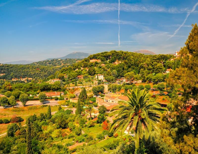 Panorama- lantligt landskap nära byn Helgon-Paul-de-Vence, Provence, Frankrike på den soliga sommardagen arkivbild