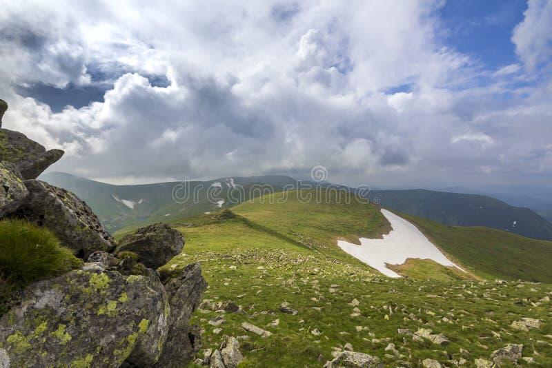 Panorama large d'allumer par le plateau de montagne du soleil avec l'herbe verte, p image libre de droits