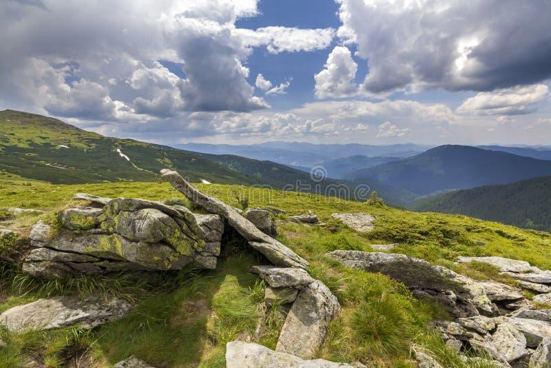 Panorama large d'allumer par le plateau de montagne du soleil avec l'herbe verte, p images libres de droits