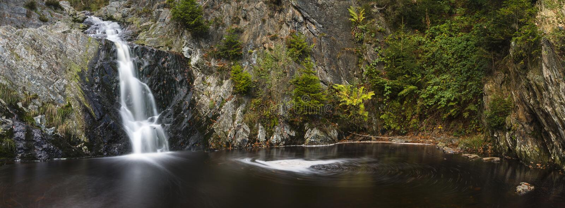 Panorama largo de la exposición de la cascada fotografía de archivo libre de regalías
