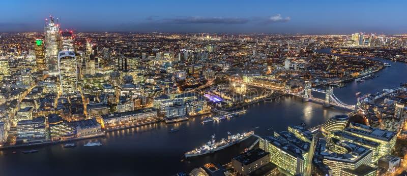 Panorama largo de Londres, Reino Unido, na noite imagens de stock royalty free