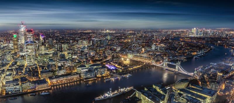 Panorama largo de Londres, Reino Unido, na noite fotos de stock royalty free