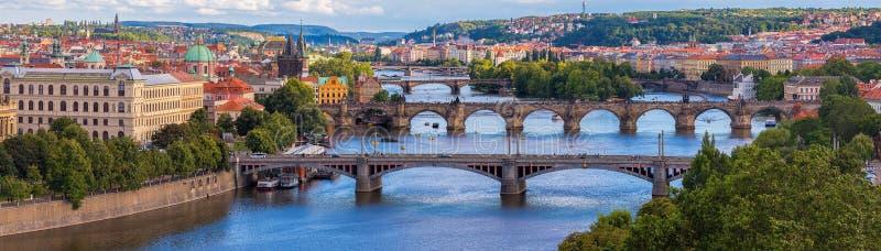 Panorama largo de Praga com rio Vltava Charles Bridge e outras pontes foto de stock royalty free