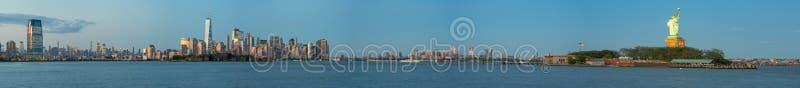 Panorama largo de surpresa do ângulo da estátua da liberdade e do New York City imagem de stock