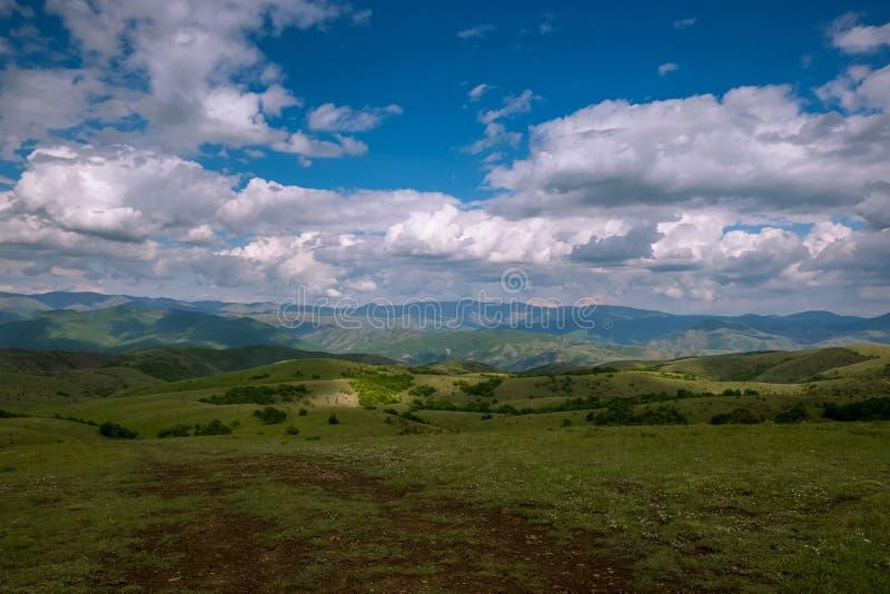 Panorama largo do campo com nuvens fotos de stock