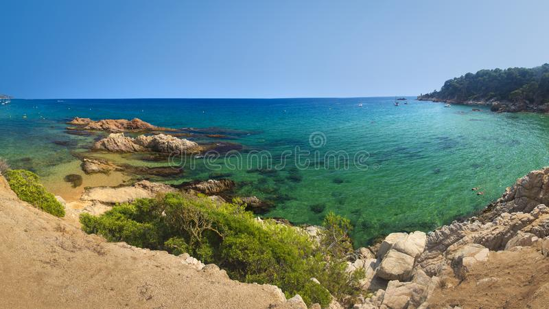 Panorama lato hiszpańska plaża Platja De Santa Cristina na jasnym dniu plażowy De Lloret Mar fotografia stock
