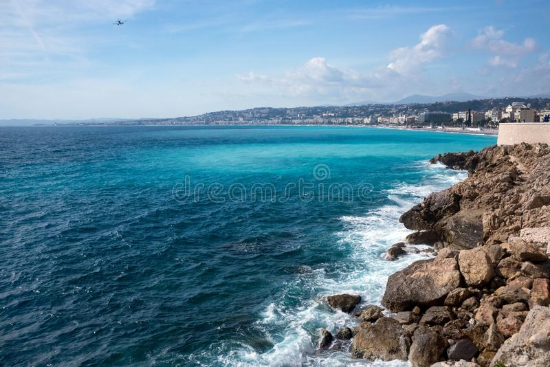 panorama Lazurowy morze, fale, Angielski deptak i ludzie odpoczywać, Spoczynkowy i relaks morzem Na pogodnym ciepłym dniu, błękit fotografia stock